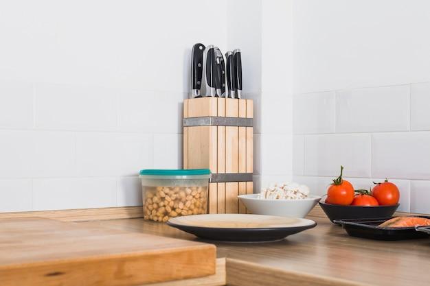Canto cozinha com comida e facas Foto gratuita