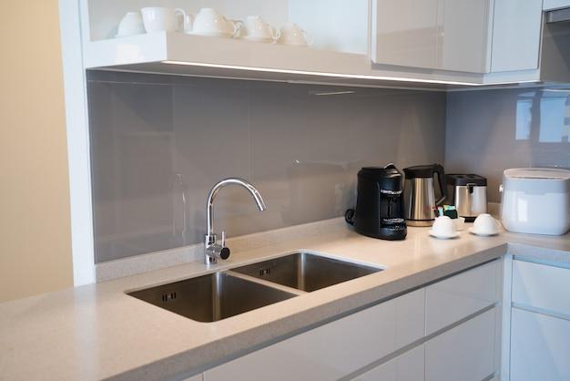 Canto de cozinha minimalista com eletrodomésticos. Foto gratuita