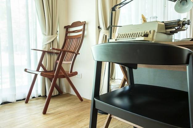 Canto de sala de estar com cadeira e janelas Foto Premium