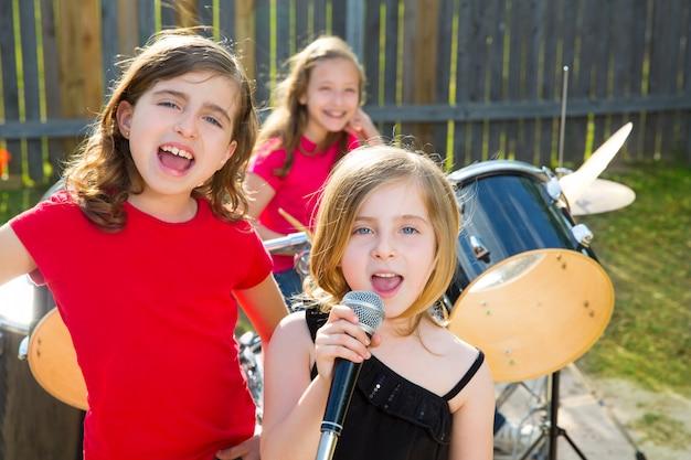 Cantor de crianças cantando tocando banda ao vivo no quintal Foto Premium