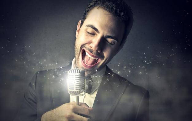 Cantor elegante cantando uma canção Foto Premium