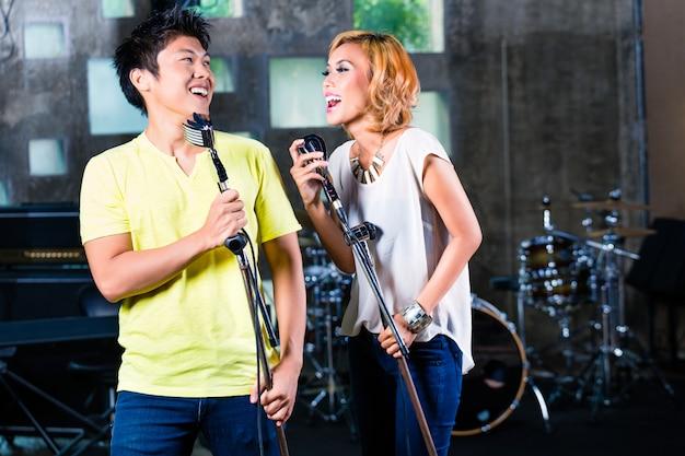 Cantora asiática produzindo música no estúdio de gravação Foto Premium