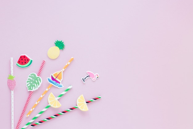 Canudos de plástico diferentes na mesa-de-rosa Foto gratuita