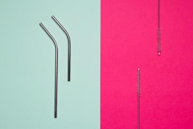 Canudos metálicos em fundo bicolor Foto gratuita
