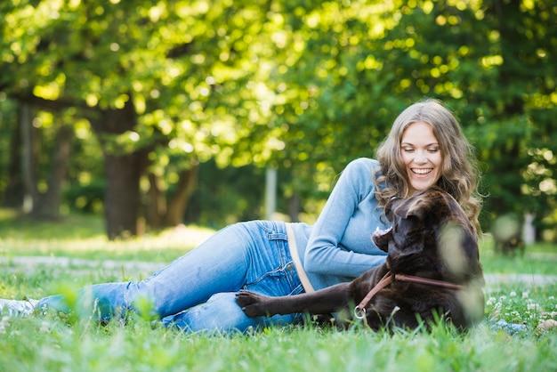 Cão, com, dono pet, sentando, parque Foto gratuita