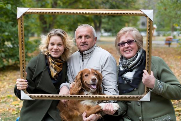 Cão feliz da alimentação da família Foto Premium