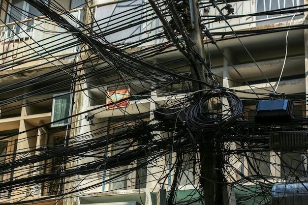 Caos de cabos e fios no poste elétrico em bangkok, tailândia Foto Premium