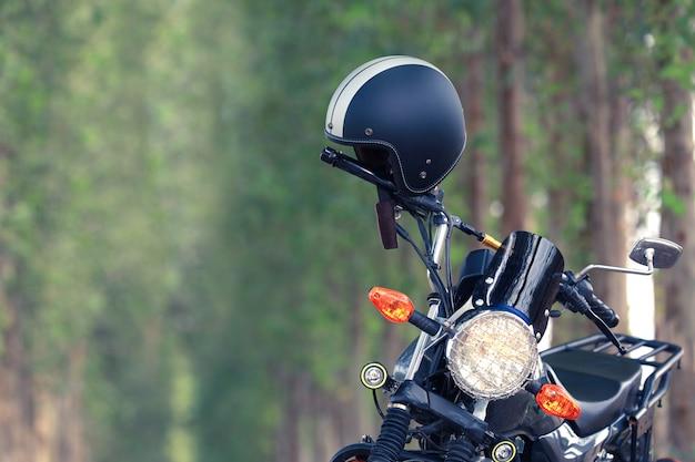 Capacete com moto vintage Foto gratuita