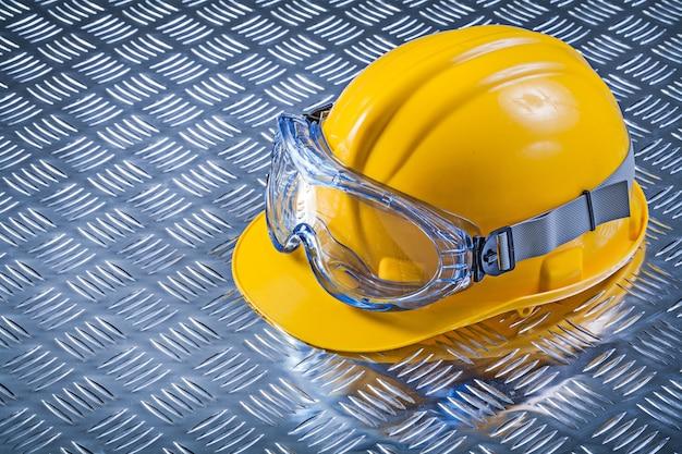 Capacete de proteção óculos no conceito de construção de fundo de metal canelado Foto Premium