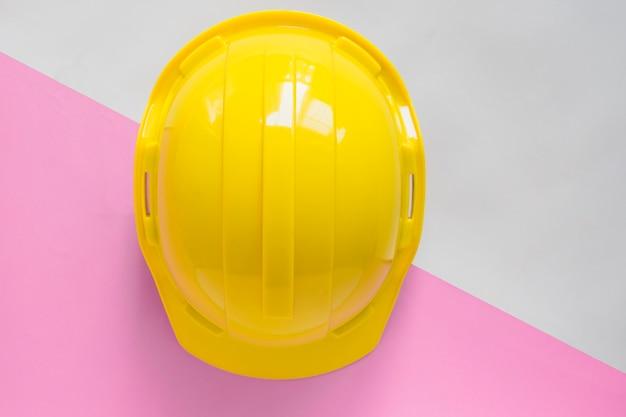 Capacete de segurança amarelo na mesa Foto Premium