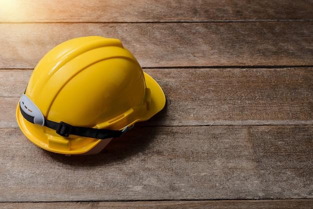 Capacete de segurança de proteção amarelo Foto Premium