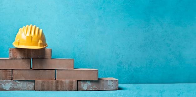 Capacete e tijolos Foto Premium
