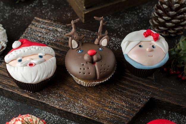 Capcakes engraçados em cima da mesa Foto gratuita