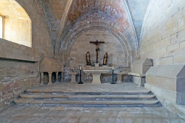 Capela católica em uma igreja Foto Premium