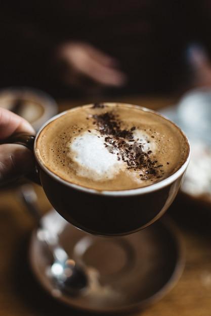 Cappuccino com polvilhe de cacau Foto gratuita