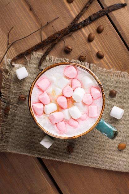 Cappuccino quente com marshmallows em uma caneca Foto Premium