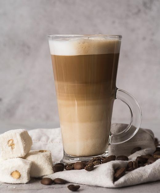 Cappuccino saboroso de close-up com leite Foto gratuita