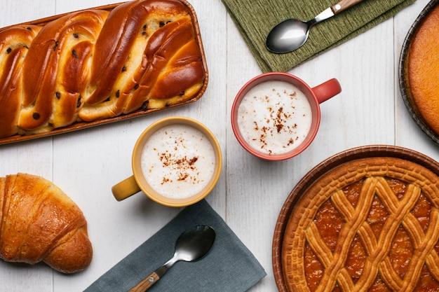 Cappucinos com variedade de pastelaria Foto gratuita