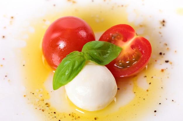 Caprese, salada, mozzarella, cereja, tomates, manjericão, folhas Foto gratuita