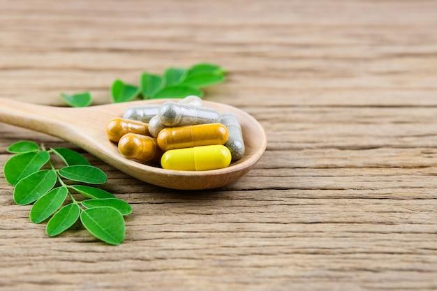 Cápsula de ervas medicinais, vitaminas e suplementos naturais Foto Premium