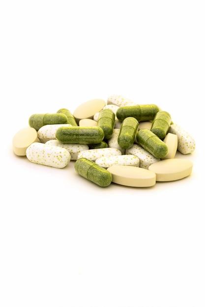 Cápsulas de clorofila verde em fundo branco Foto Premium