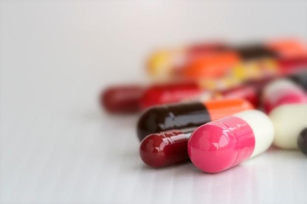 Cápsulas de comprimidos coloridos em branco Foto Premium