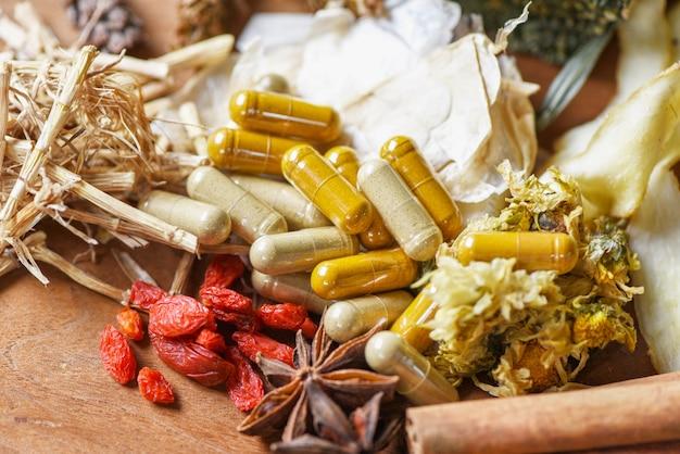 Cápsulas de ervas medicinais e ervas secas Foto Premium