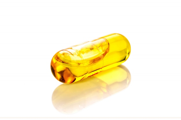 Cápsulas de suplemento de óleo de peixe isoladas no fundo branco Foto Premium