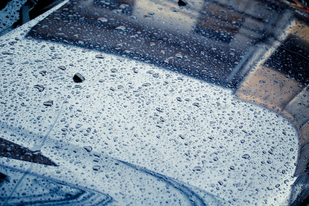 Capuz de carro com chuva cair molhado tom de cor escura tempestade limpo na estação chuvosa Foto Premium