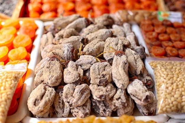Caqui, frutas secas, no balcão do mercado. Foto Premium