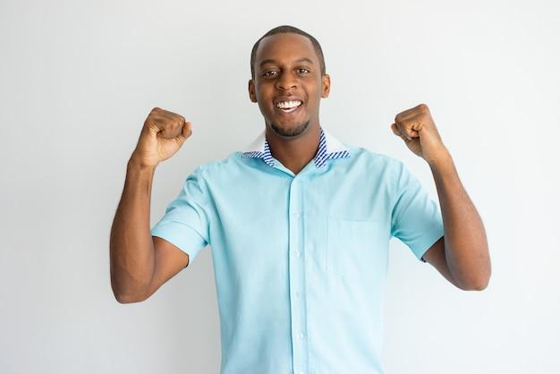 Cara africana bonito alegre na camisa de manga curta 325caf18f0262
