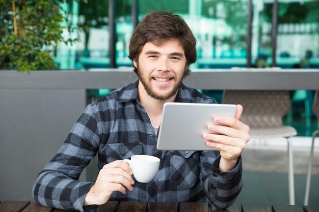 Cara alegre assistindo vídeos engraçados Foto gratuita