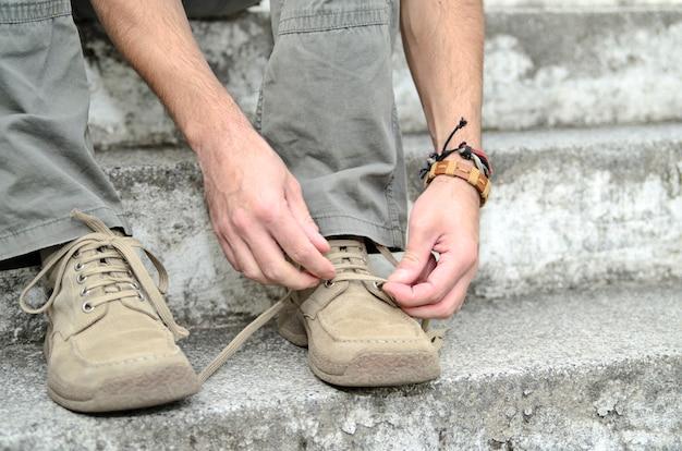 Cara amarrar o laço de sapato. caminhada de cidade de calçado confortável Foto Premium