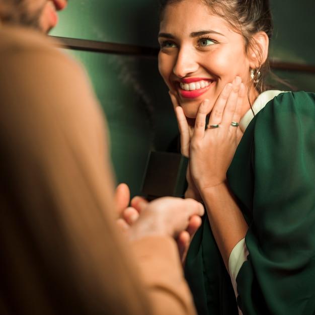 Cara apresentando presente na caixa para atraente senhora feliz Foto gratuita