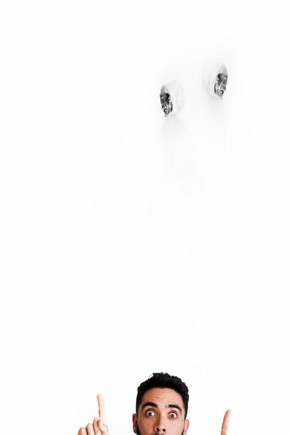 Cara assustador apontando para os anjos da morte em ternos brancos Foto gratuita