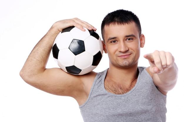 Cara atraente, segurando uma bola de futebol Foto gratuita