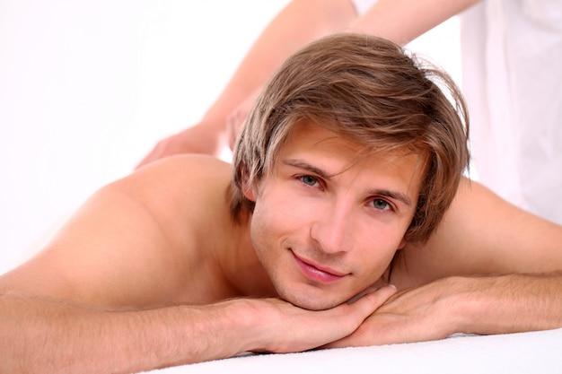 Cara bonito relaxante na sessão de massagem Foto gratuita