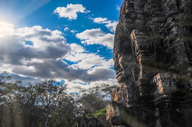 Cara de buda no templo de bayon, angkor wat, camboja Foto Premium