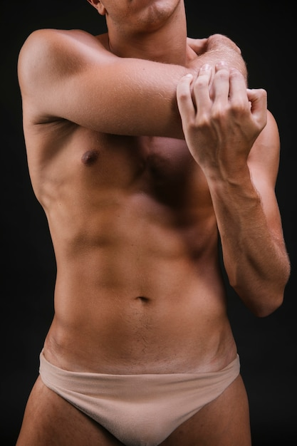 Cara de colheita aquecendo o músculo do braço Foto gratuita