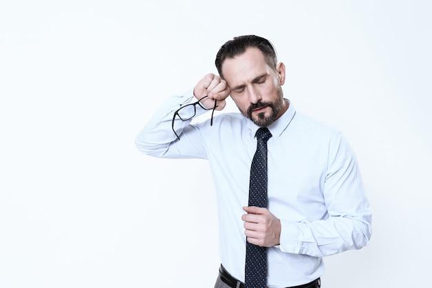 Cara de homem está fazendo careta de dor em tinha Foto Premium