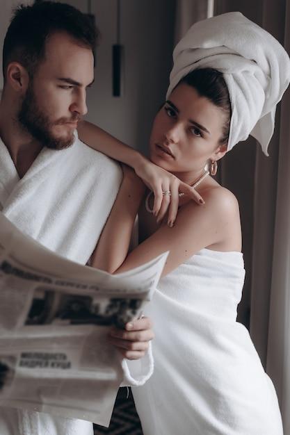 Cara de jaleco branco e uma mulher de toalha Foto gratuita