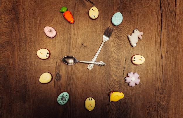 Cara de relógio de biscoito de gengibre caseiro de páscoa Foto Premium