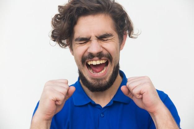Cara de sorte muito feliz animado gritando de alegria Foto gratuita