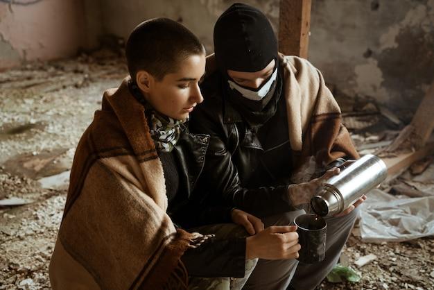 Cara e uma mulher em uma favela sentam juntos Foto Premium