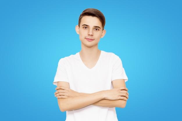 Cara, em, um, branca, t-shirt, mãos dobradas, isolado, ligado, um, experiência azul, homem amigável Foto Premium