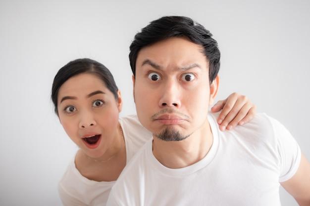 Cara engraçada dos amantes casal em dúvida em uma coisa inacreditável que  eles estão olhando | Foto Premium