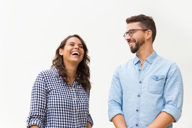 Cara engraçado positivo, fazendo sua namorada rir Foto gratuita