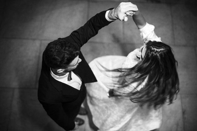 Cara jovem, segurando mão, de, whirling, senhora Foto gratuita