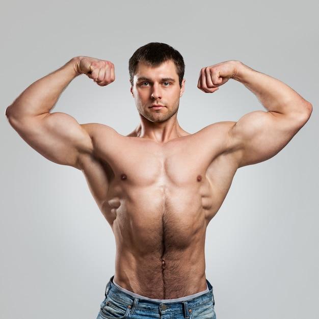 Cara musculoso bonito com torso nu Foto gratuita