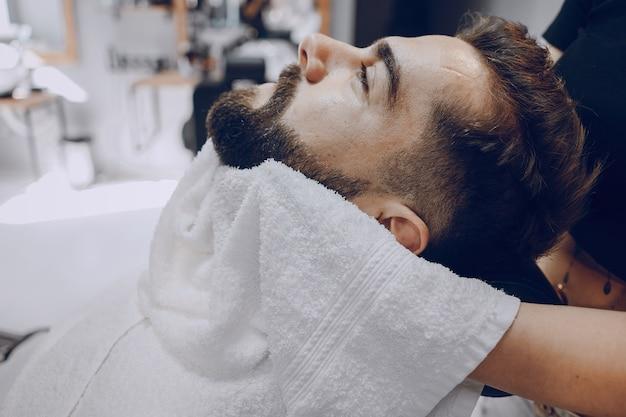 Cara na barbearia Foto gratuita